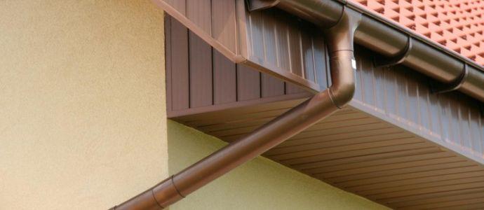 Фрагмент крыши с водостоком