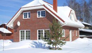 Полувальмовая крыша зимой