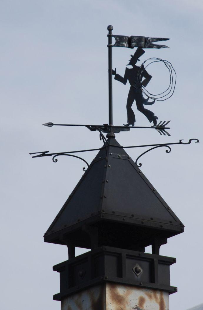 Флюгер трубочист на крыше