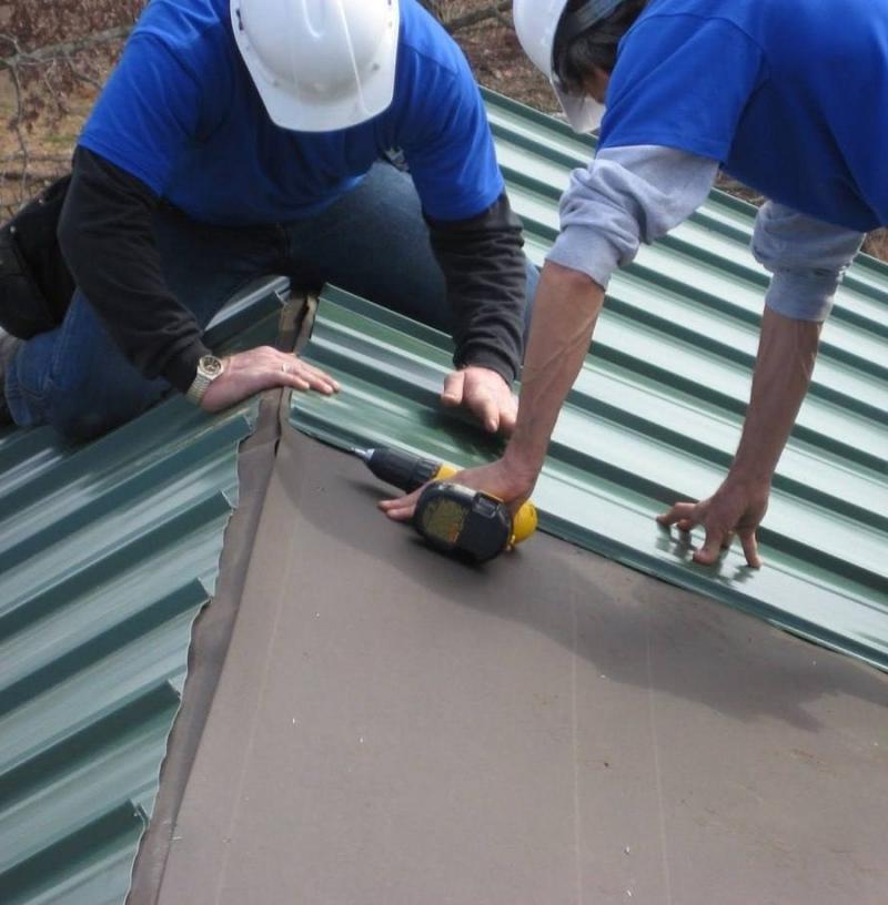 Как правильно укладывать профнастил на крышу
